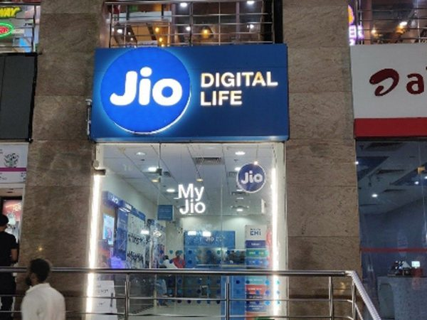 Jio inks pact with Airtel to buy some spectrum in 800 MHz band