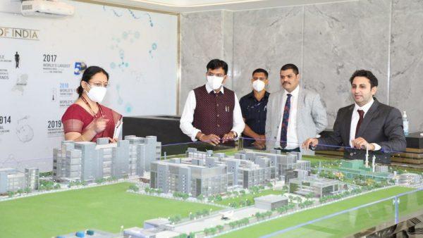 Mansukh Mandaviya visits Serum Institute in Pune